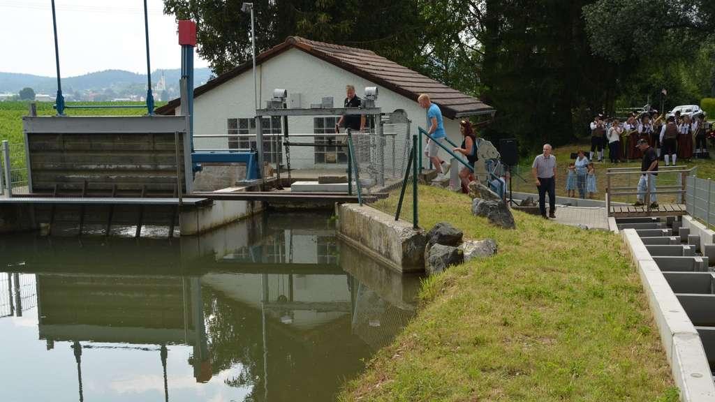 Das Wasserkraftwerk mit Rechen und Teilansicht der Fischtreppe (rechts).